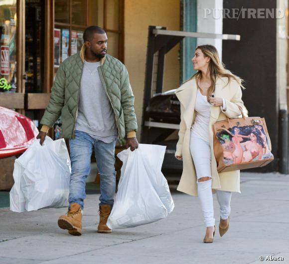 Kanye West et Kim Kardashian étrennent le nouveau sac de Kim.