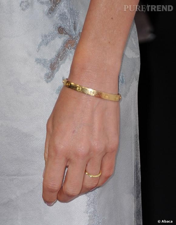 Naomi Watts porte également le bracelet Love de Cartier.
