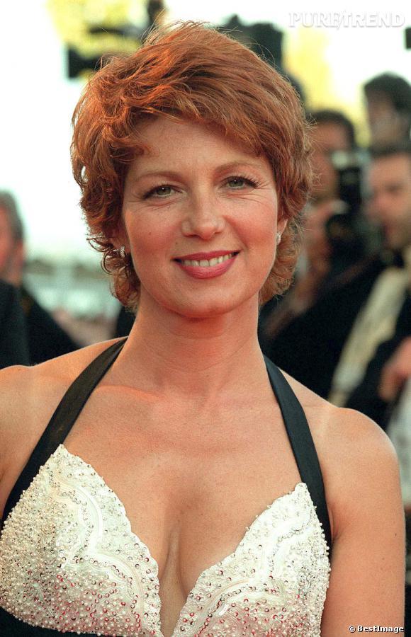 Véronique Genest, ravissante avec une courte courte et un décolleté à tomber... C'est au festival de Cannes en 2001.