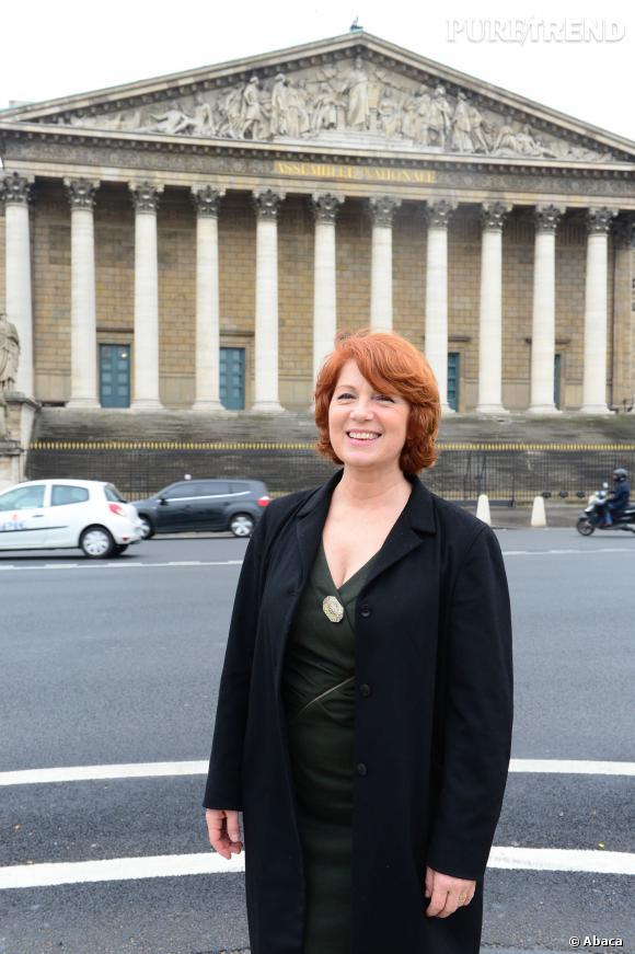 Véronique Genest alias Julie Lescaut pose devant l'assemblée nationale. Normal pour une commissaire.