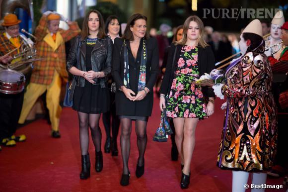 Stéphanie de Monaco entourée de ses deux filles au 38e festival international du cirque de Monte Carlo à Monaco : Pauline Ducruet (à gauche) et Camille Gottlieb (à droite).