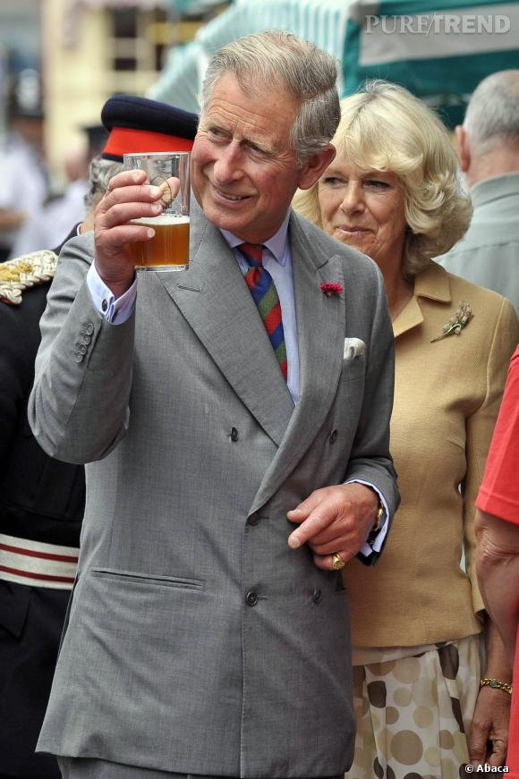 Le Prince Charles trinque à son futur trône.