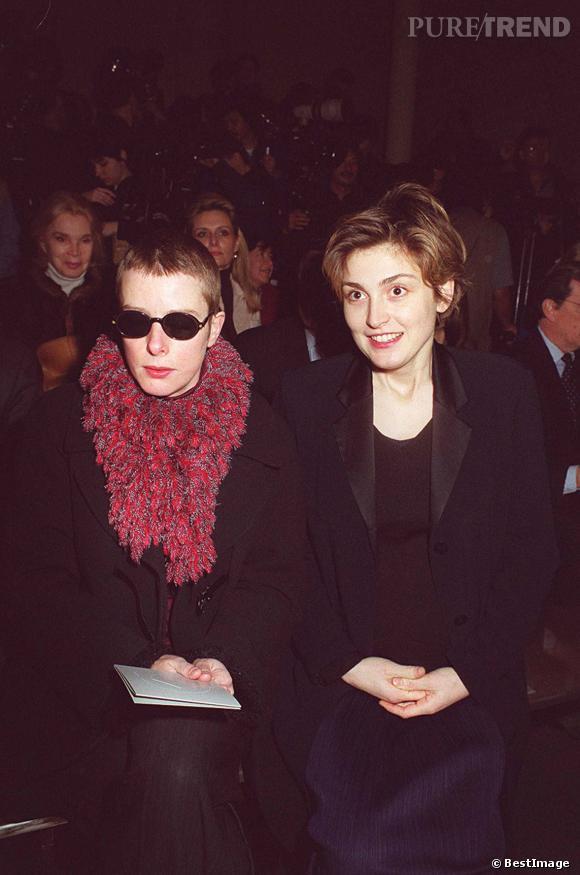 Karin Viard aux côtés de Julie Gayet au défilé Lanvin en 1999.