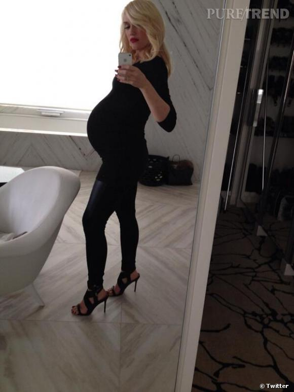 Gwen Stefani affiche son baby bump sur Twitter.