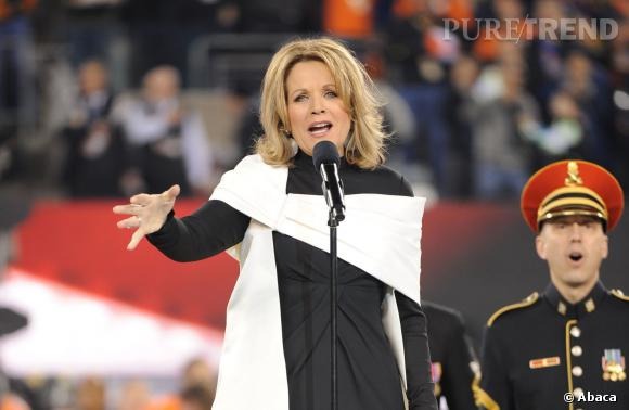 Avant le début du match, Renee Fleming a chanté l'hymne national au Super Bowl 2014.
