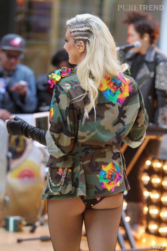 Kesha moule ses fesses en résille.