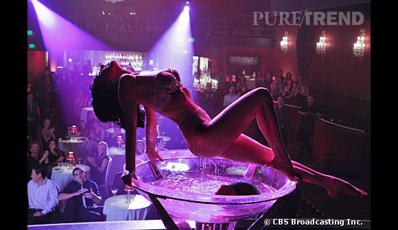 Dita Von Teese dansLes Experts Las Vegas interprète une danseuse burlesque.