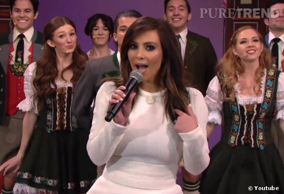 Kim Kardashian et un groupe de danseurs vêtus des costumes traditionnels autrichiens : incroyable mais vrai !