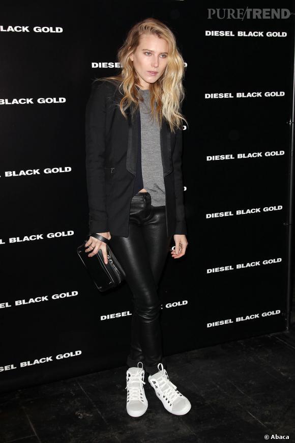 Dree Hemingway mise sur un legging en cuir pour le défilé Diesel Black Gold à la Fashion Week de New York.