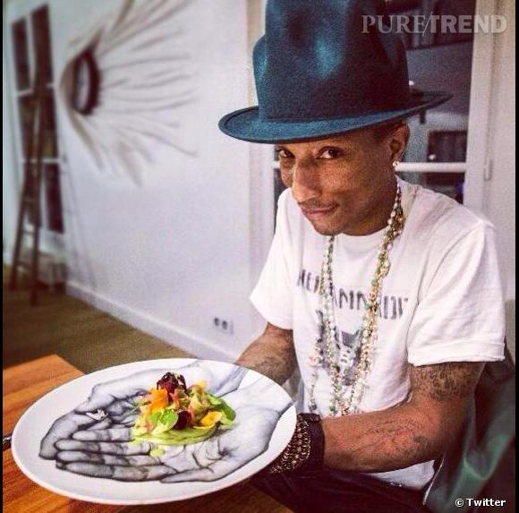 Pharrell Williams s'apprête à goûter à la salade Alexandra de Jean Imbert.