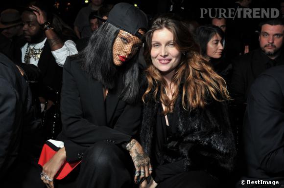 Rihanna et Laetitia Casta super copines de front row au défilé Givenchy dimanche 2 mars 2014.