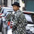 Pharrell se fait plus pointu dans ses goûts mode. ici il adopte le trilby,  chapeau à petit bord.