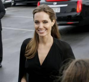 Angelina Jolie pince les fesses de Brad Pitt aux Spirit Awards.