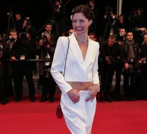 Delphine Chanéac montre son ventre au Festival de Cannes en 2012.
