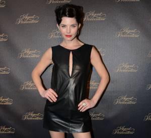 Delphine Chanéac est aussi à l'aise en petite robe en cuir qu'en pantalon.