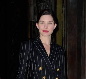 Delphine Chanéac ose le tailleur dangeureusement court chez Versace en 2013.