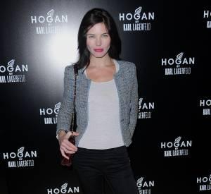 Delphine Chanéac peut aussi séduire l'objectif avec une tenue plus casual mais toujours avec les lèvres rouges.