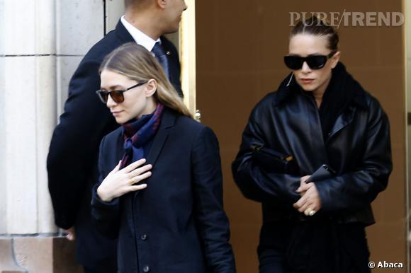 Ashley Olsen et derrière elle, Mary-Kate Olsen, sortant de l'hôtel Bristol à Paris. On aperçoit la bague de fiançailles de Mary-Kate.