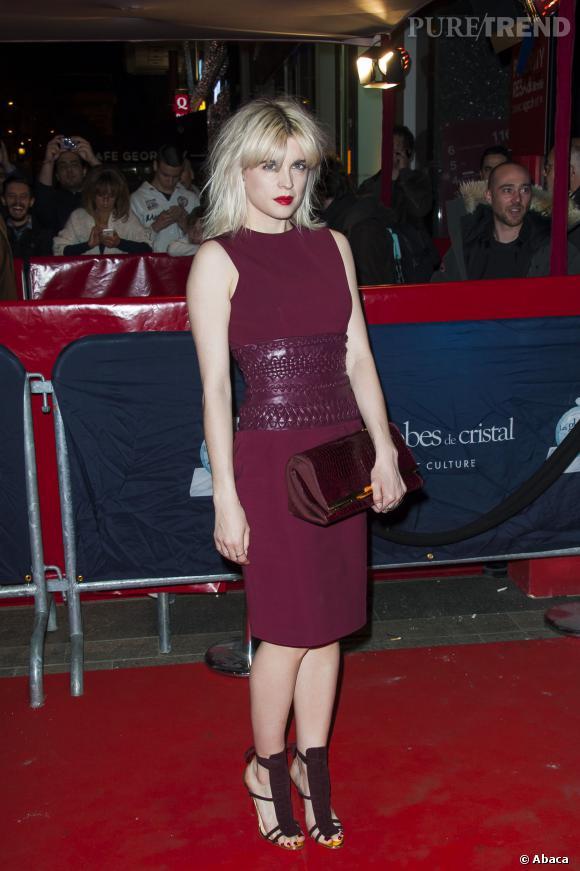 Cécile Cassel alias Hollysiz est éblouissante et ultra-sexy dans une robe rouge ceinturée pour les Globes de Cristal 2014.