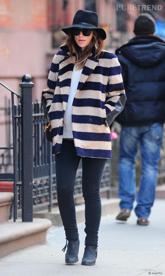 Olivia Wilde adoucit son manteau rayé avec des pièces unies, bien joué.