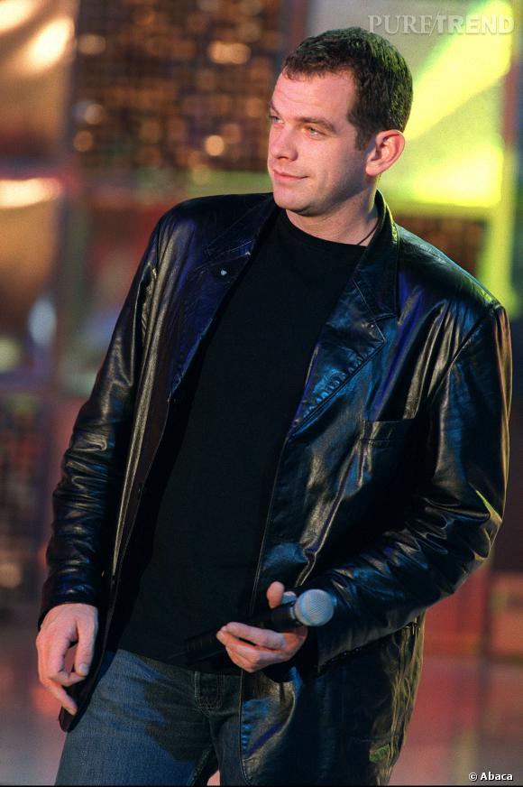 """Garou, séducteur en manteau de cuir lors d'une émission """"Vivement dimanche"""" en 2000."""