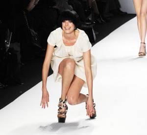 La célèbre chute d'Agyness Deyn lors du défilé Naomi Campbell Fashion For Relief en février 2010.