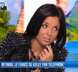 """Kelly des """"Anges"""" 6 n'a pas vraiment apprécié la """"surprise"""" que lui réservait Matthieu Delormeau sur le plateau de l'émission """"Le Mag"""" sur NRJ12 ce mercredi 26 mars 2014."""