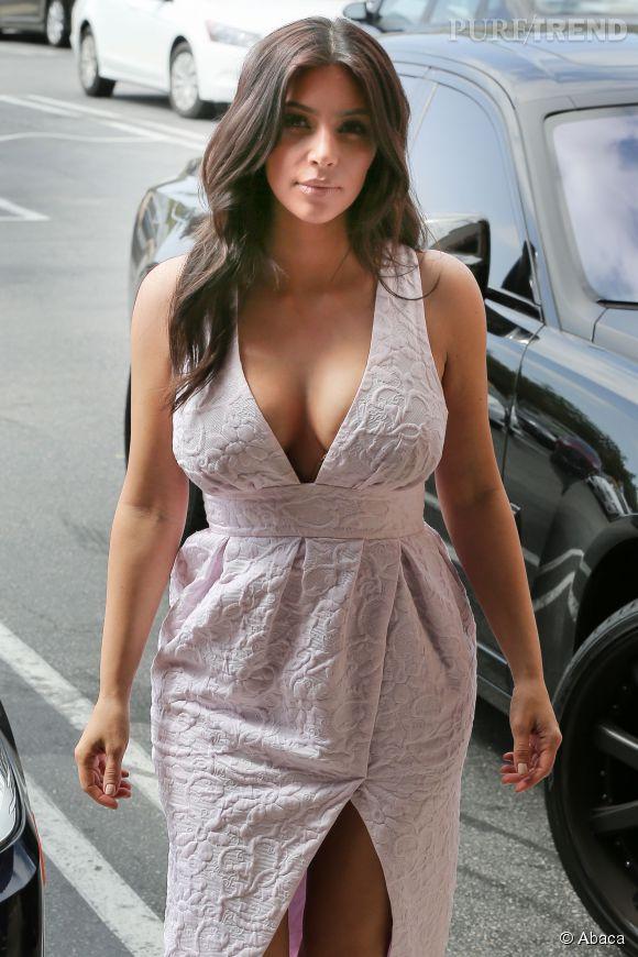 Kim Kardashian affiche un décolleté sensuel !