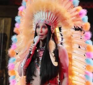 A mi chemin entre un chef indien et Cléopâtre, Cher a un look plus que bizarre...