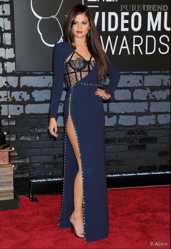 Selena Gomez sexy en robe esprit guêpière