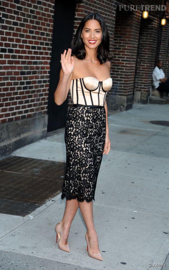 Olivia Munn sexy en robe esprit guêpière