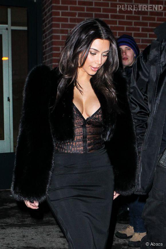 Kim Kardashian sexy en top esprit guêpière