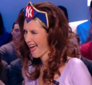 Doria Tillier revêt son costume de Wonder Wo-Miss dans sa météo du Grand Journal du 3 février 2014 Canal+.