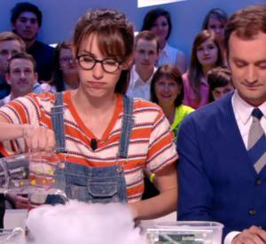 """Doria Tillier donne un cours sur la pollution aux particules fines façon Fred & Jamy dans """"C'est pas sorcier"""" lors de sa météo du Grand Journal du 17 mars 2014 sur Canal+."""