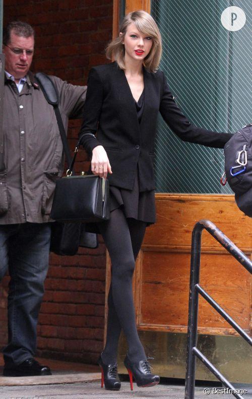 Taylor Swift se dévergonde en talons hauts et mini robe le 17 avril 2014 à New York.