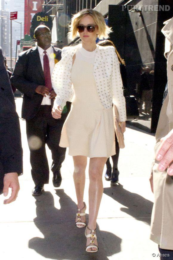 Jennifer Lawrence, superbement lookée avec sa robe Phillip Lim et sa veste Céline pour son apparition à Good Morning America le 21 avril 2014.
