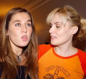 """Mathilde Seigner et sa soeur Emmanuelle lors de la première de la pièce """"Hedda Glaber"""" mis en scène par Roman Polanski en 2003."""