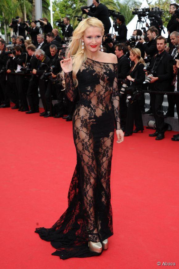 Tatiana de Secret Story 1 ne passe pas inaperçue à Cannes 2014 en enfilant une robe qui la dévoile quasiment nue sur le tapis rouge.