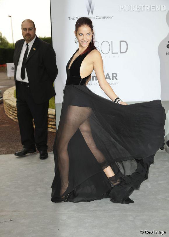 Un mouvement de jambes, et voilà Barbara Palvin qui dévoile ses fesses lors du gala de l'amfAR, jeudi 22 mai 2014.