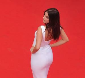 Depuis son arrivée à Cannes, Barbara Palvin fait attention à mettre ses atouts en avant...