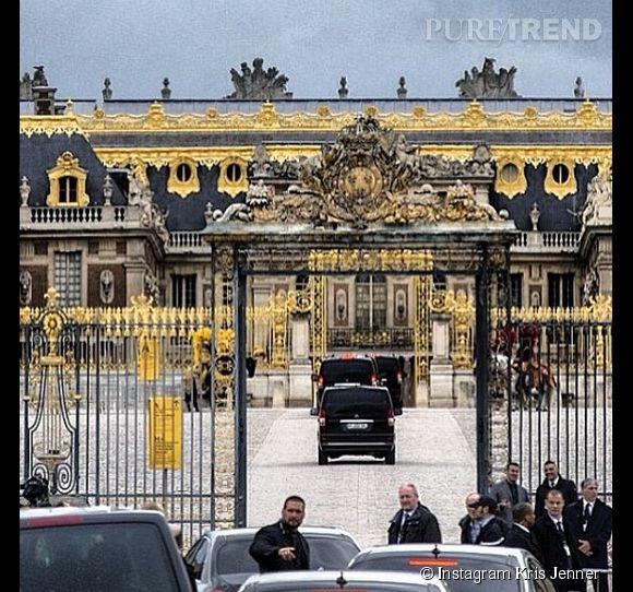 Kris Jenner photographie son arrivée au château de Versailles.