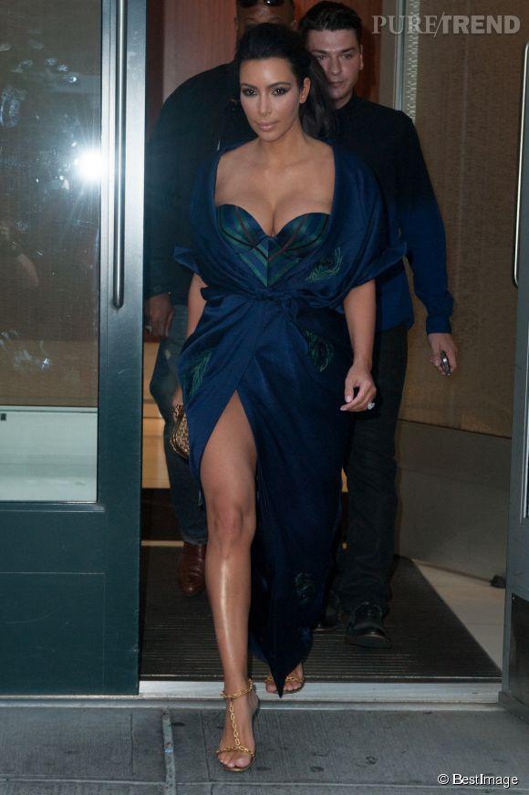 Kim Kardashian, un décolleté de folie et un fendu qui tue.