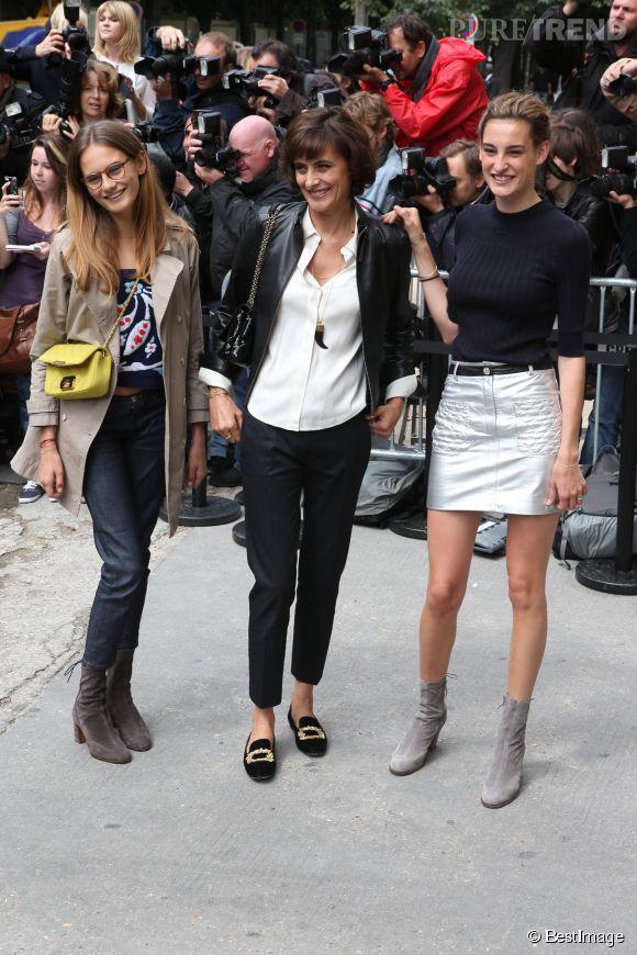Inès de la Fressange, en trio de choc avec ses deux filles au défilé Chanel, collection Automne-Hiver 2014/2015.