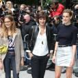 Inès de la Fressange et ses deux filles, Nine et Violette d'Urso, au défilé Chanel, collection Automne-Hiver 2014/2015, le 8 juillet 2014.