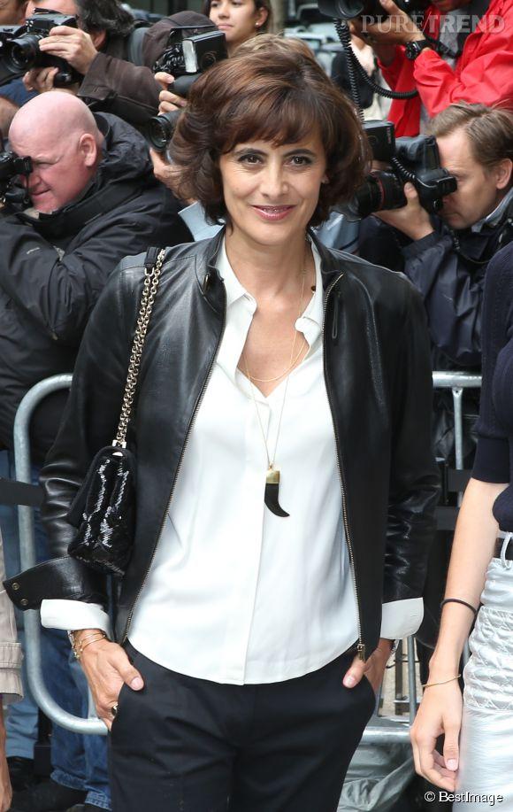 Inès de la Fressange, un look bicolore très parisienne chic au défilé Chanel, le 8 juillet 2014.