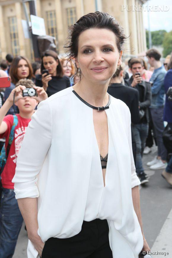 Juliette Binoche, l'audace du soutien-gorge apparant au défilé Armani Privé lors de la Fashion Week haute couture Automne-Hiver 2014-2015.