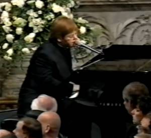 "Lors des funérailles de Lady Diana le 6 septembre 1997, Elton John chante ""Candle In The Wind""."