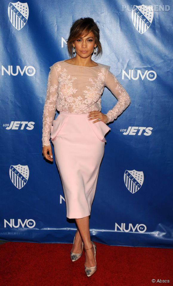 Jennifer Lopez dans une tenue sage mais légèrement transparente. La mère des jumeaux est radieuse.