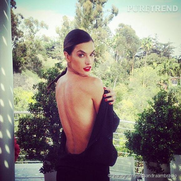 Après avoir bien bronzée, Alessandra Ambrosio expose sa peau dorée.