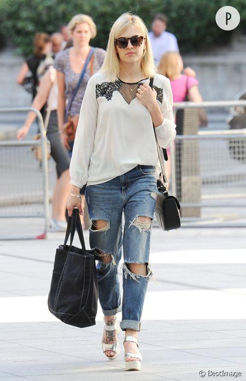Fearne Cotton glamourise le boyfriend jeans dans les rues de Londres.
